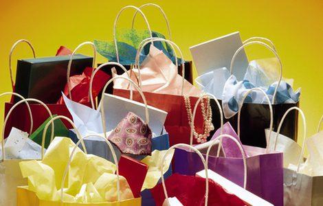 Paquetes y bolsas con ropa y joyas