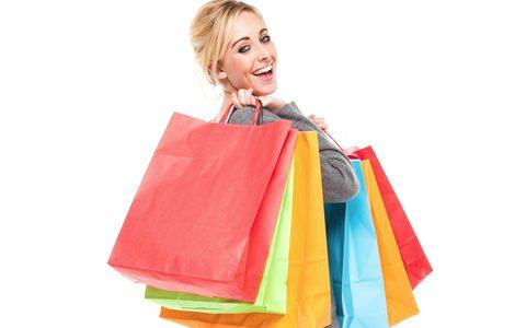 Una mujer muy feliz con varias bolsas tras haber ido de compras