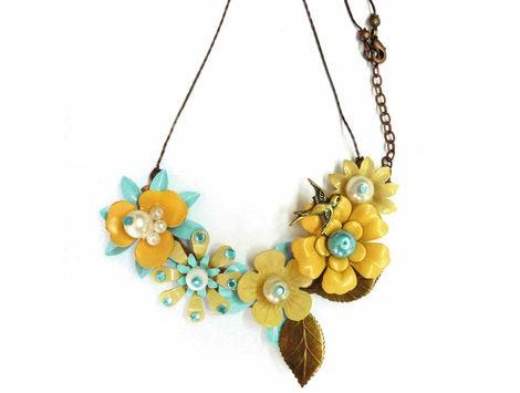 colgante con detalles de flores
