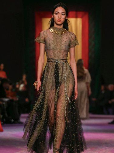 Diseños inspirados en la antigua Grecia sobre la pasarela | Foto: Cortesía de Dior