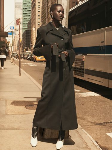 Modelo con la colección de prendas de la firma H&M