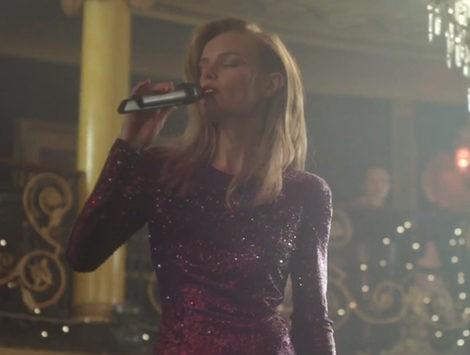 La actriz Kate Bosworth cantando en la campaña de Topshop