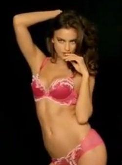 Irina Shayk celebra San Valentín 2013 presentando nuevos modelos de La Clover