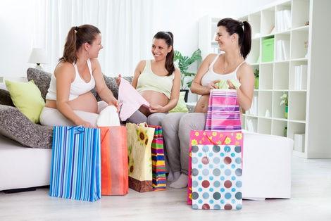 Embarazadas tras una jornada de compras