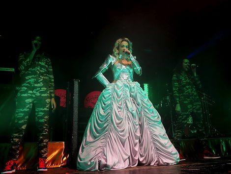 Rita Ora vestida de Emilio Pucci