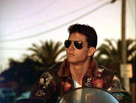 Tom Cruise en Top Gun con gafas de sol de aviador