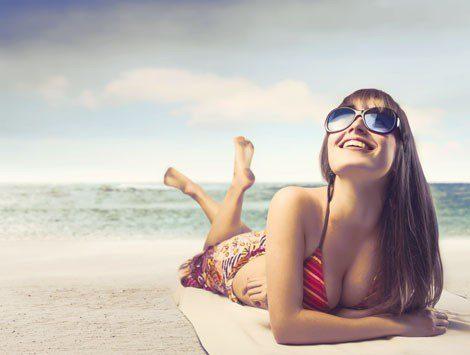 Las gafas de sol efecto espejo quedan ideales con los bikinis
