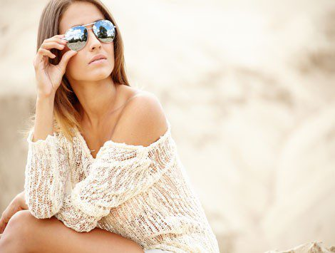 Look con gafas de sol efecto espejo