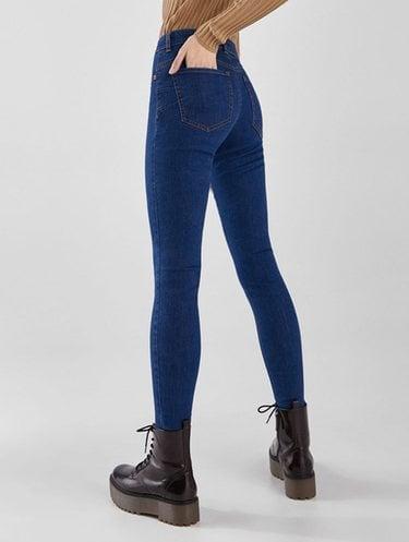 Hay pantalones con relleno
