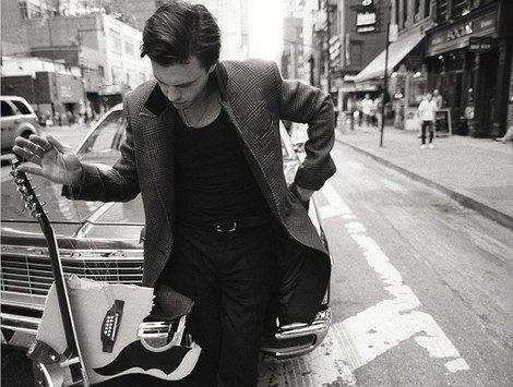Michael Pitt con una guitarra rota. Campaña otoño/invierno 2013 de Rag&Bone. Fuente:DailyMail