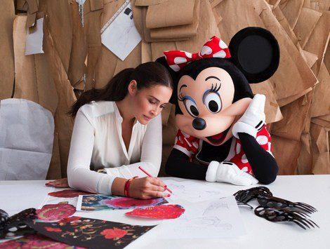 Vicky Martín Berrocal enseña su trabajo a Minnie Mouse