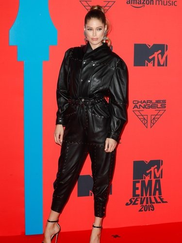 Doutzen Kroes con mono de cuero en los MTV EMAs 2019