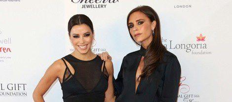 Eva Longoria (i) y la diseñadora Victoria Beckham (d)
