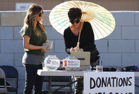 Kim Kardashian y Kris Jenner en un mercadillo