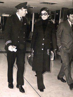 Jackie Onassis en el aeropuerto con abrigo de Yves Saint Laurent
