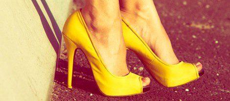 Empieza con el amarillo vistiéndote por los pies