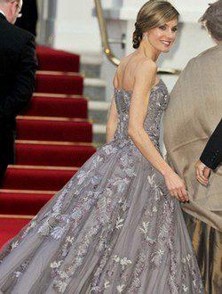 Doña Letizia con un vestido palabra de honor