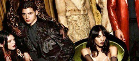 Kendall Jenner (izquierda) posa para Givenchy