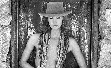 Karlie Kloss convertida en una sensual cowgirl para Tamara Mellon