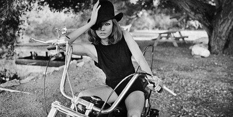Karlie Kloss posa en una motocicleta para Tamara Mellon
