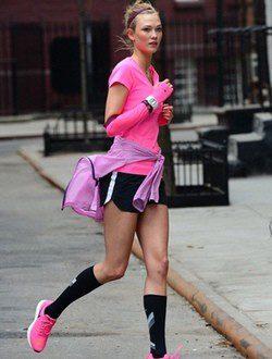 Karlie Kloss haciendo deporte