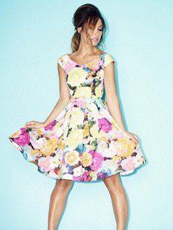 Myleene Klass luciendo un vestido 'lady' con print floral de la nueva colección de Littlewoods