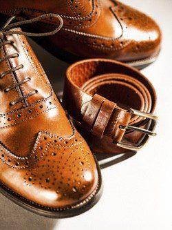 Zapatos Oxford y un cinturón de piel de color marrón claro