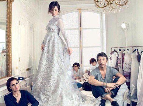 Sophie Hunter posa con su vestido de novia premamá junto a los creadores del diseño de Valentino | Instagram