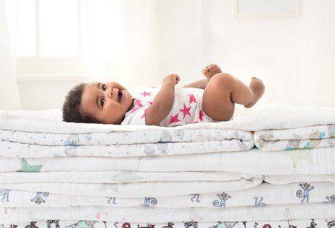 Nuevo body de estrellas en color rosa fucsia de la firma infantil Aden + Anais