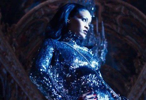 Rihanna luciendo un diseño glitter de la colección Dior en el spot 'Secret Garden'