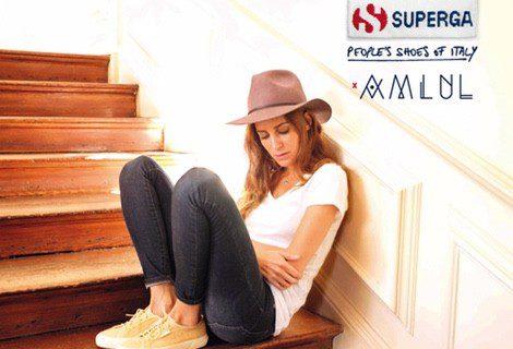 La blogger Gala González vistiendo uno de los nuevos modelos estivales de Superga