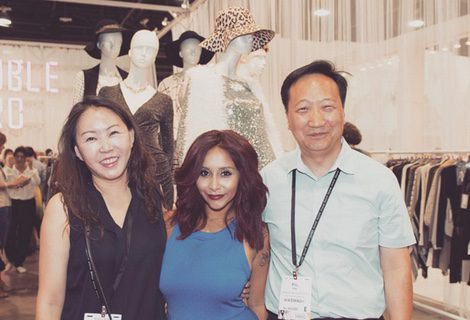 Snooki con el equipo de su línea de ropa |Instagram