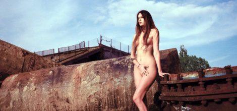 Modelo rebelándose en contra del capitalismo en el mundo de la moda en la campaña de Arkadius