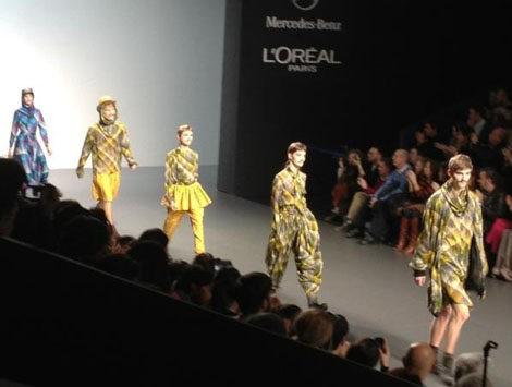 Vestidos masculinos y bigotes femeninos en el desfile de Carlos Díez en la Fashion Week Madrid
