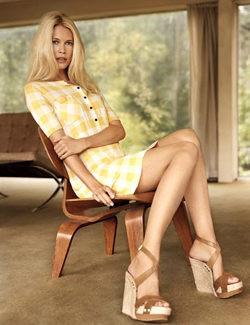Claudia Schiffer posando con un vestido de su colección