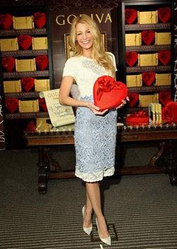 Blake Lively en la presentación de Godiva con traje de Valentino y zapatos Louboutin