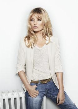 Kate Moss posa sensual y con poca ropa para Mango