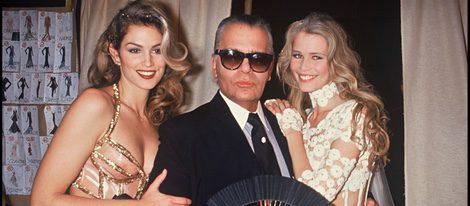 Cindy Crawford posando con Karl Lagerfeld y Claudia Schiffer