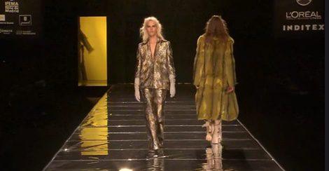 Abrigos de pelo y efectos dorados en la colección de Duyos
