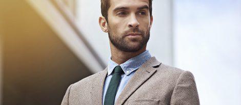 Es importante combinar prendas en colores que no sean llamativos y respetados por el protocolo.