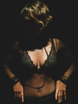 Halle Berry posando con uno de los modelos de Scandale