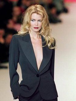 Modelo Claudia Schiffer en desfile de Yves Saint Laurent