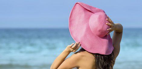 El sombrero, un buen aliado que protege del sol y añade un toque chic a tu look