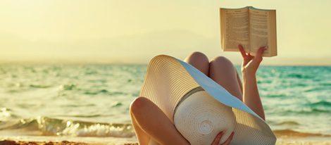 Un buen libro es una buena opción para matar el tiempo mientras tomas el sol