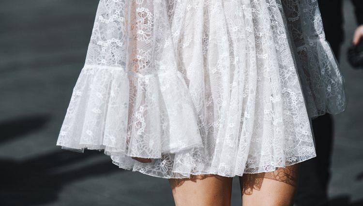 Los vestidos finos y de colores claros son la mejor opción