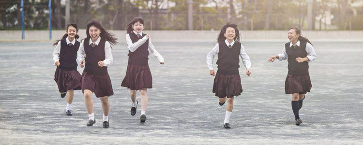 El uniforme en las niñas les puede impedir jugar