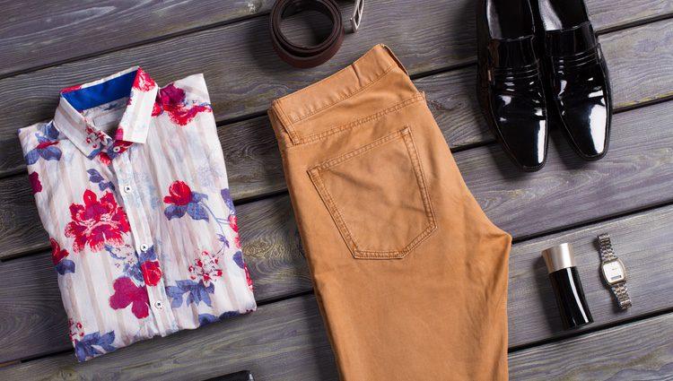 Cede el protagonismo a la camisa y combinala con un pantalón liso