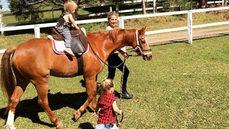 Elsa Pataky disfrutando de un apasionante día con sus hijos