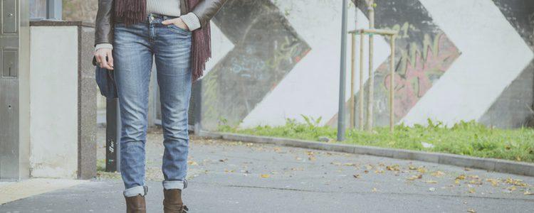 Los pantalones vaqueros quedarán muy bien con un outfit sencillo para el primer día de uni