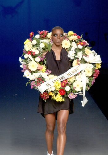 Modelo desfilando en el desfile 'In loving memory' de David Delfín